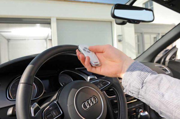Håndsender til at åbne garageport fra bilen