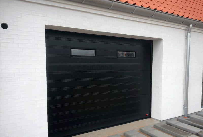 Sort klassisk NASSAU Garageport med ruder