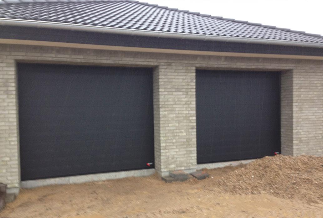 stor dobbelt garageport i sort granit