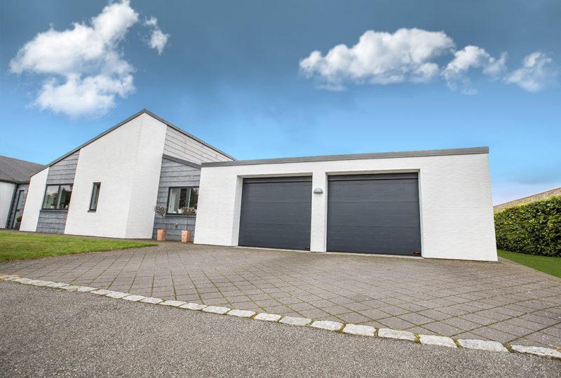 Antracitgrå Garageporte i hvidt hus