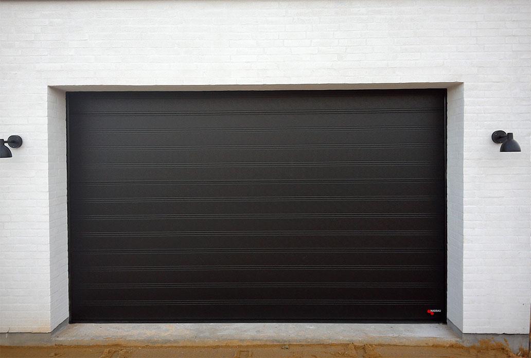stor enkel garageport i sort granit