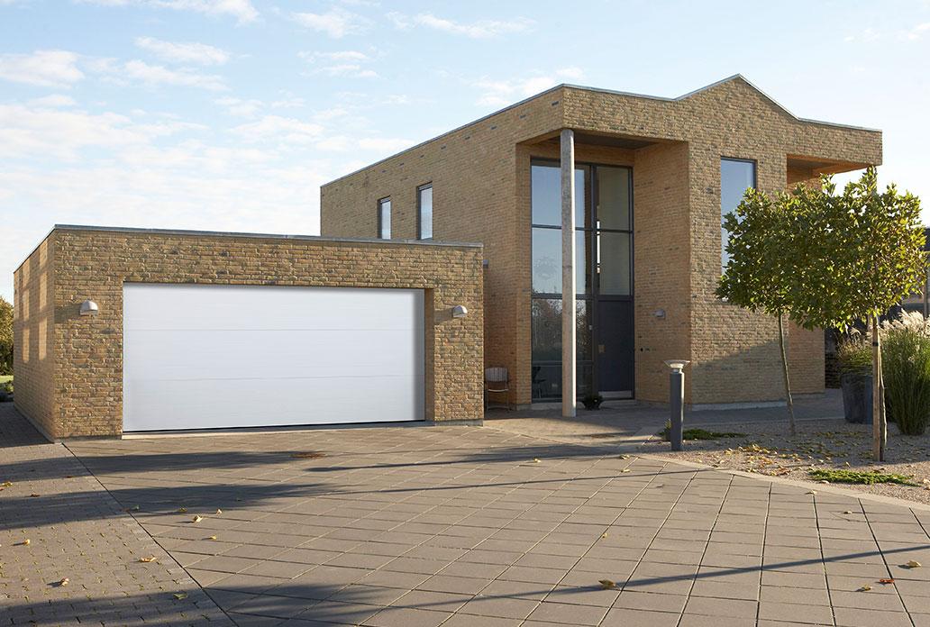 stor enkel garageport i hvid sable granit