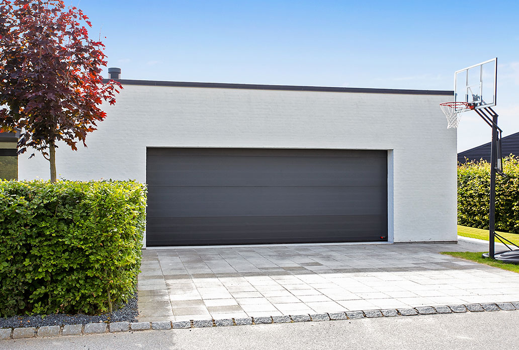 stor enkel garageport i grå sable granit