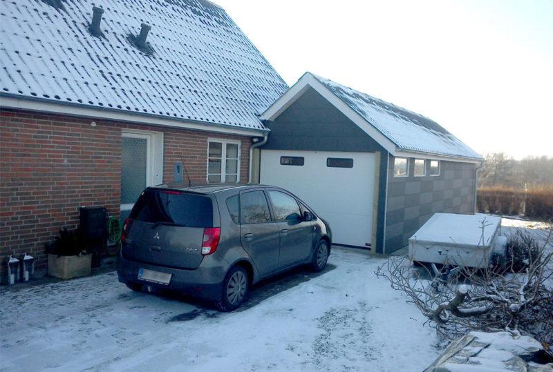 Hvid NASSAU Garageport m. Visionsruder med sne