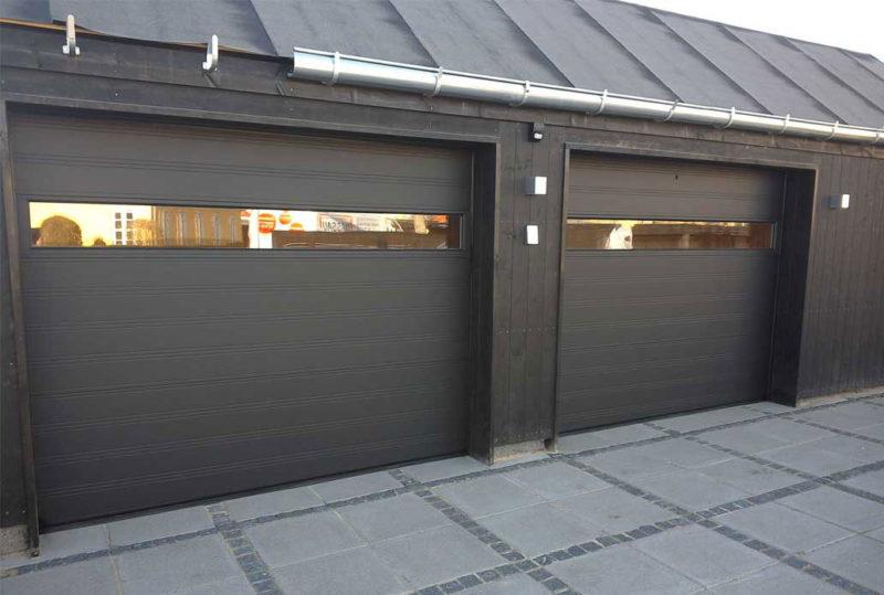 dobbelt garageport i Sort med træ overflade