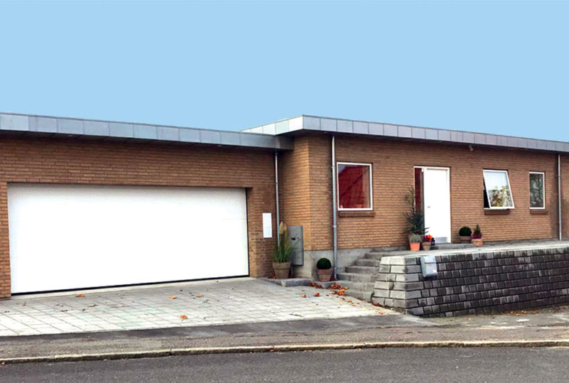 Hvid softline garageport i murstenshus