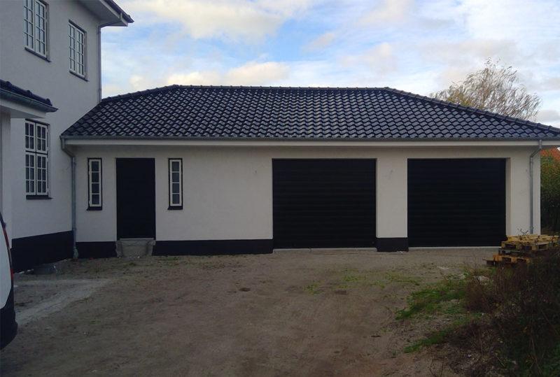 Sorte classic garageporte i hvidt hus