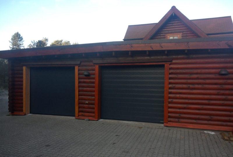2 garageporte i hus med træfacade