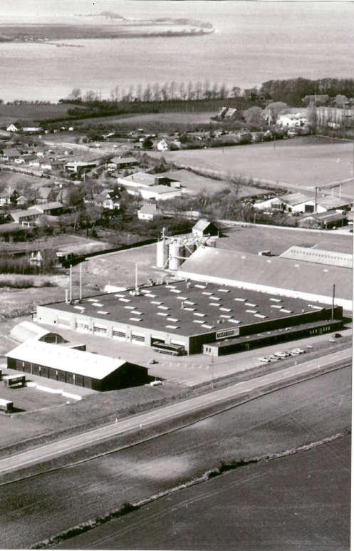 Luftfoto af Nassau Door's fabrik af ledhejseporte i Rudkøbing, opført i 1978.