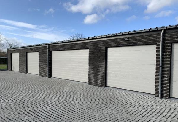 5 NASSAU Hvide Garageporte på række
