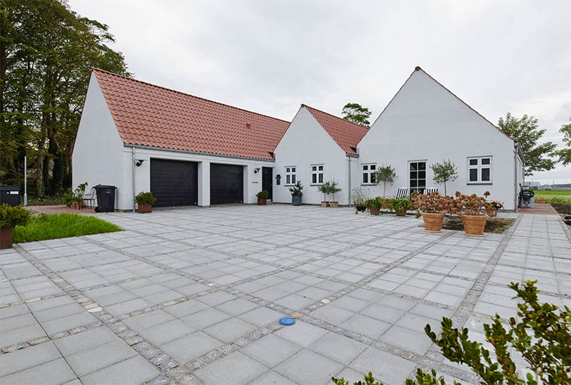 Hus med 2 sorte NASSAU garageporte fra KFS Boligbyg