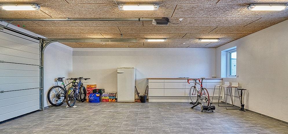 Garage set indefra med troldtekt loft