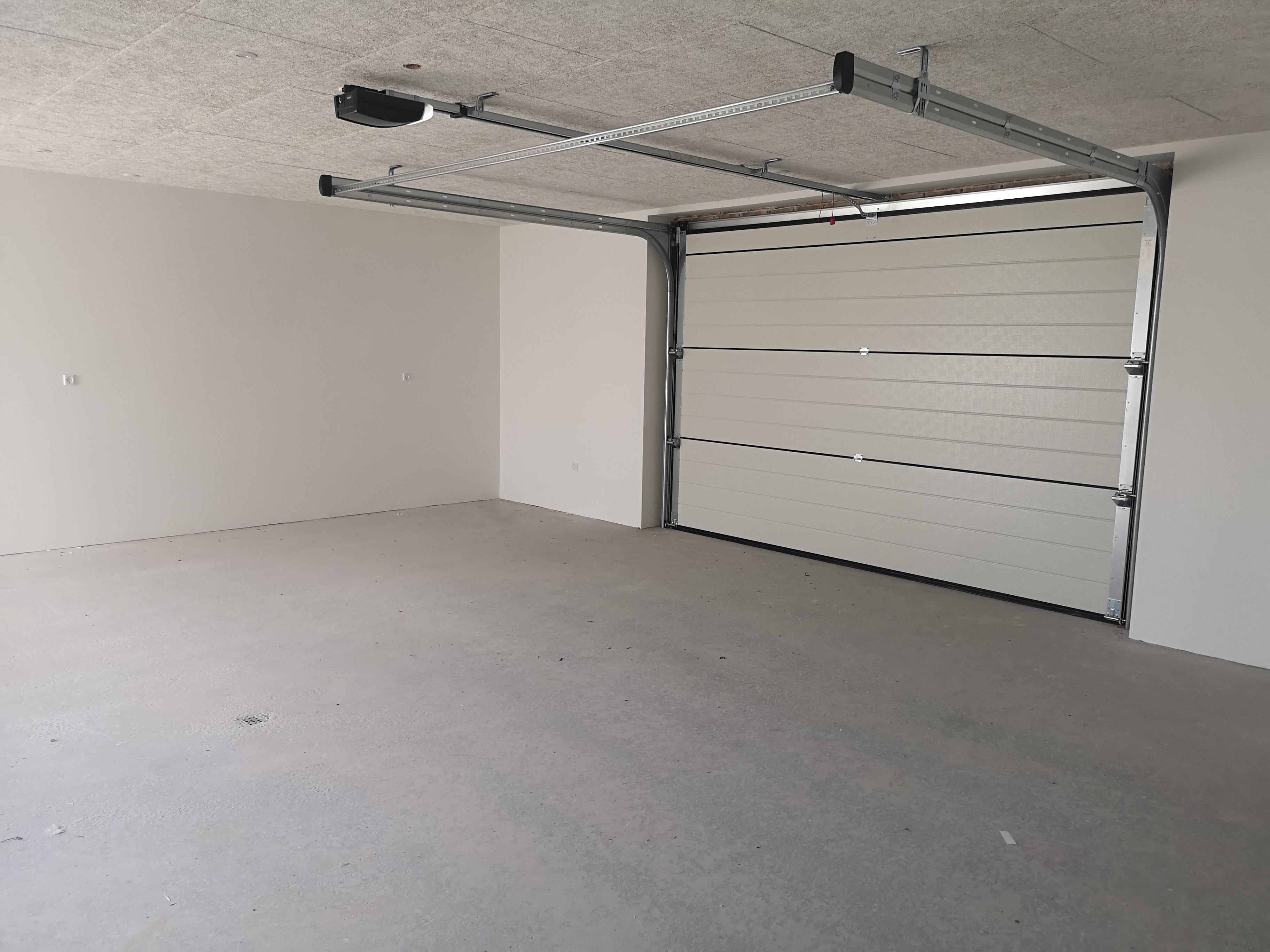 Indvendig hvid garageport med skinnesystem