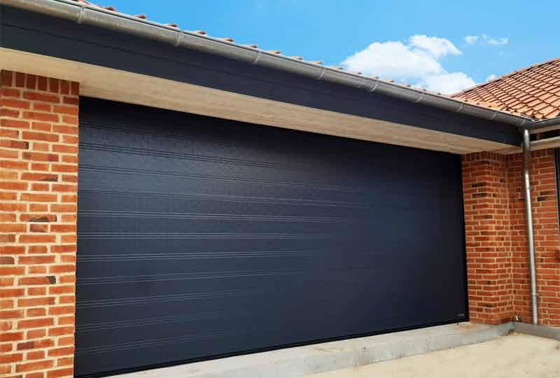sort garage port røde mursten hus tagrende synligt