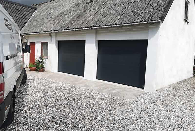 NASSAU garageport der er sorte, 2 af dem på hvidt hus