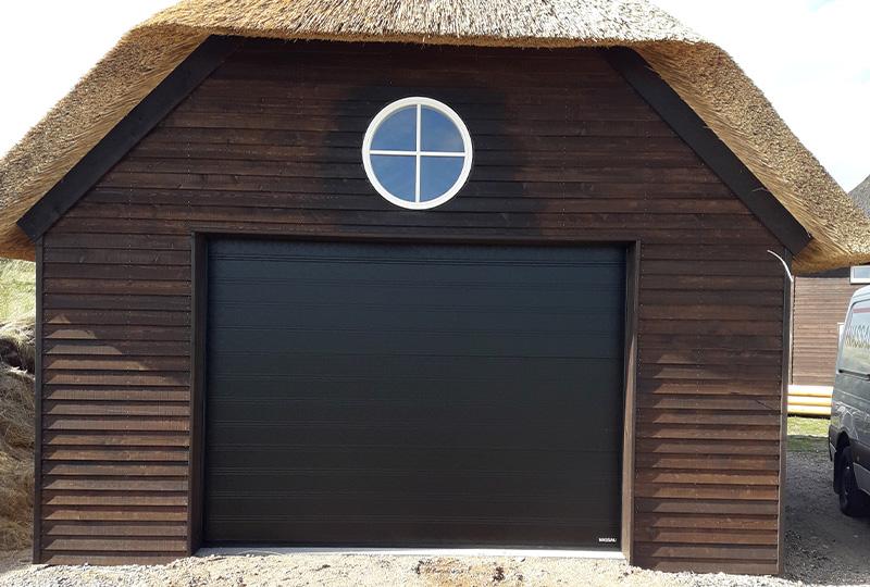 Brunt træ sort garageport NASSAU